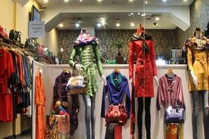 وجود لباس های نامتعارف در ویترین مغازه ها اشاعه منکر است