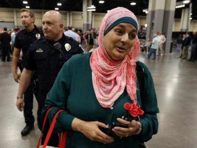 اخراج یک زن مسلمان آمریکایی از تجمع انتخاباتی ترامپ